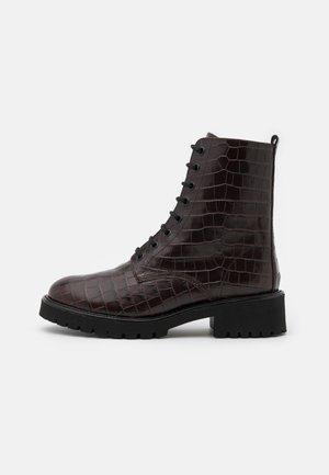 Šněrovací kotníkové boty - dark brown
