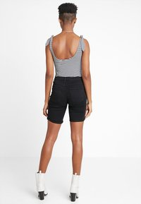 ONLY - ONLRAIN MID LONG - Jeans Shorts - black - 2