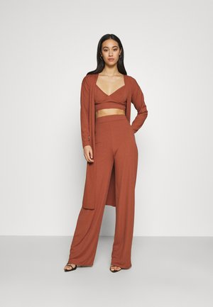 RIBBED CARDIGAN, BRALET AND WIDE LEG TROUSER SET - Débardeur - brown