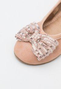 Cotton On - KIDS PRIMO BALLET FLAT - Ballet pumps - rose gold shimmer - 5