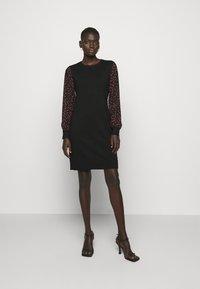 DKNY - Pouzdrové šaty - black/black/rudolph red/powder pink/multi - 0