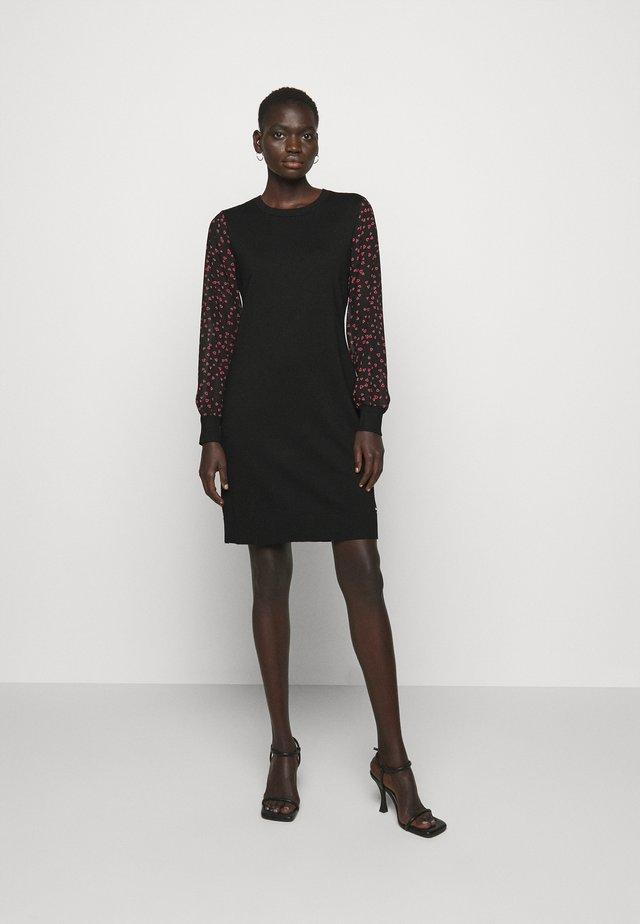 Sukienka etui - black/black/rudolph red/powder pink/multi
