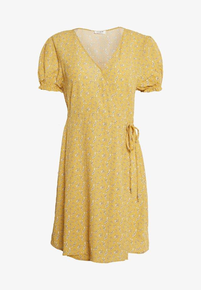AMY WRAP MINI DRESS - Denní šaty - ochre