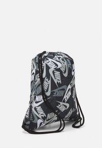 Nike Sportswear - KIDS GRAPHIC GYM SACK UNISEX - Drawstring sports bag - black/white - 1