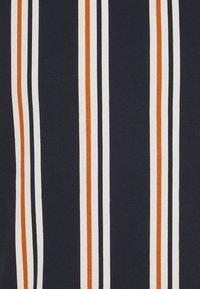Jack & Jones - JORHURRY TEE CREW NECK - T-shirt con stampa - navy blazer - 2