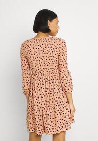 Glamorous - SMOCKED BUBBLE SLEEVE MINI DRESSES WITH ROUND NECK - Denní šaty - peach ditsy - 2