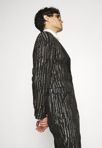Twisted Tailor - SAGRADA SUIT - Completo - black/gold - 6