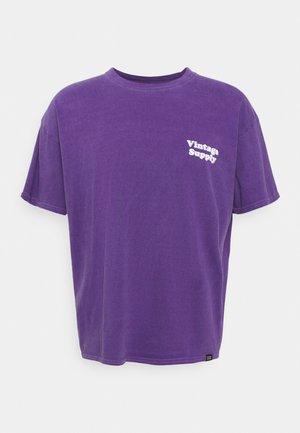 OVERDYE FLOW TEE - Print T-shirt - purple