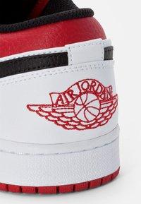 Jordan - AIR 1 - Sneakersy niskie - white/gym red-black - 7