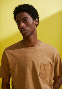 Esprit - Basic T-shirt - camel - 7