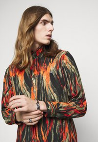Vivienne Westwood - BUTTON KRALL - Shirt - black/orange/olive - 5