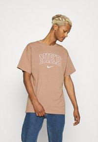 Nike Sportswear - RETRO TEE - Print T-shirt - desert dust - 0