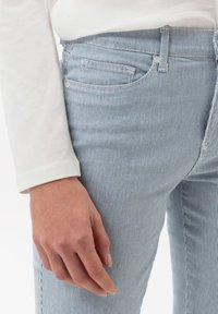 BRAX - STYLE SHAKIRA - Pantalon classique - clean light blue - 3