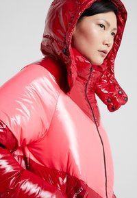 TWINSET - CAPPUCCIO VERA - Kabát zprachového peří - rosso veneziano/pink vegas - 3