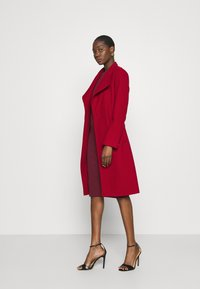 Dorothy Perkins - FUNNEL COLLAR GLOSSY COAT - Classic coat - red - 1