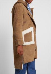 NORR - CLEO SHEARLING COAT - Winter coat - camel - 5