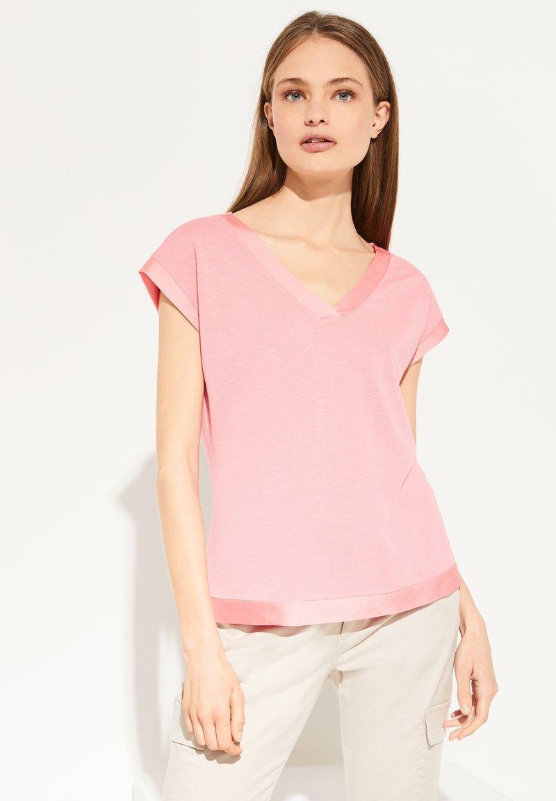 comma - MIT SATINBLENDE - Basic T-shirt - coral