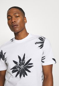 Only & Sons - ONSPOLE TEE - Print T-shirt - bright white - 3
