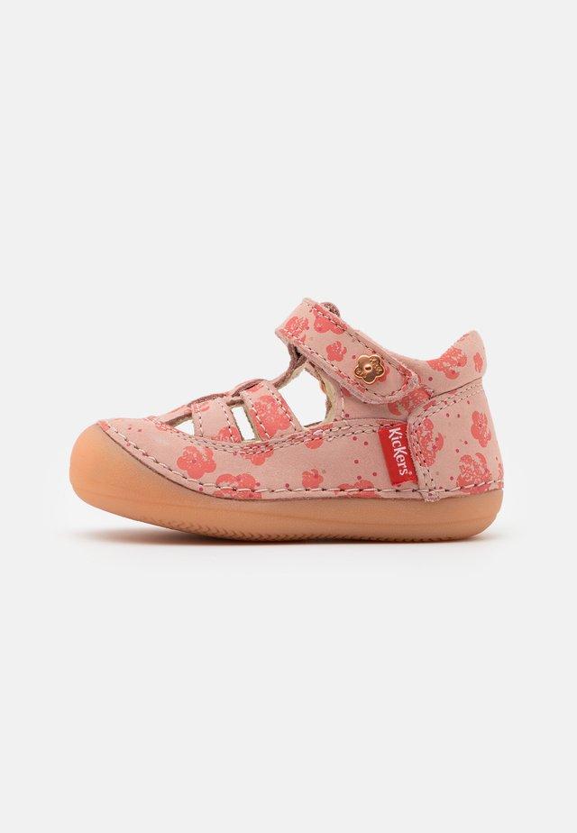 SUSHY - Sandaalit nilkkaremmillä - rose