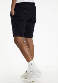 Matinique - MAPRISTU SH CHINO - Shorts - black - 3