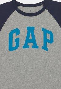 GAP - BOYS LOGO - Print T-shirt - blue galaxy - 2