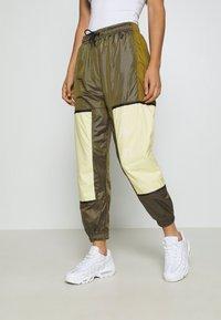 Nike Sportswear - WVN ARCHIVE RMX - Teplákové kalhoty - olive flak/tea tree mist/white - 0