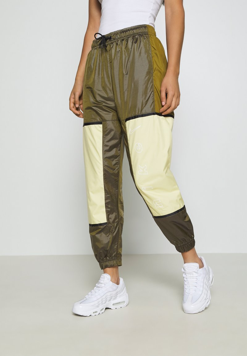 Nike Sportswear - WVN ARCHIVE RMX - Teplákové kalhoty - olive flak/tea tree mist/white