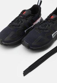 adidas Originals - ZX 2K EL I UNISEX - Zapatillas - core black/footwear white - 5