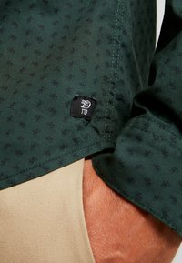 TOM TAILOR DENIM - ALLOVER PRINTED STRETCH  - Shirt - green - 5