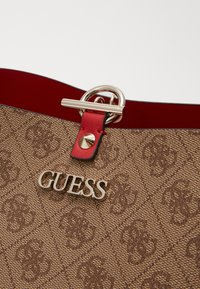 Guess - ALBY TOGGLE TOTE SET - Tote bag - brown/cherry - 6