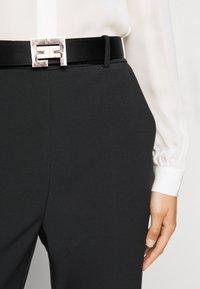 Elisabetta Franchi - PANTS WITH BELT - Kalhoty - black - 4