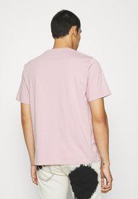 Levi's® - RELAXED FIT TEE - T-shirt med print - keepsake lilac - 2