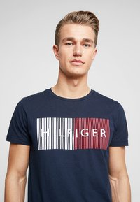 Tommy Hilfiger - CORP MERGE TEE - Print T-shirt - blue - 5