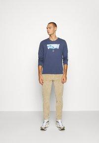Levi's® - GRAPHIC TEE UNISEX - Maglietta a manica lunga - blue inigo - 1