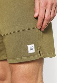 Marc O'Polo DENIM - FRONT POCKETS BACK POCKET - Shorts - fresh olive - 4