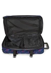 Eastpak - TRANVERZ M GLOWING GARDEN  - Wheeled suitcase - glow pink - 3