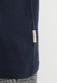 Jack & Jones - JJEPOCKET TEE SS O-NECK - Basic T-shirt - navy blazer - 5