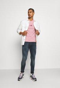 Calvin Klein - SUMMER CENTER LOGO - T-shirt con stampa - blush - 1