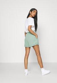 Nike Sportswear - FEMME - Short - steam/white - 3