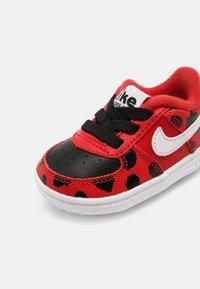 Nike Sportswear - FORCE 1 CRIB - Babyschoenen - red/white/black - 6