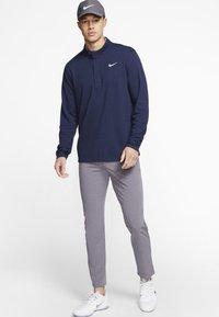 Nike Golf - NIKE DRI-FIT VICTORY HERREN-GOLFOBERTEIL MIT HALBREISSVERSCHLUSS - Funkční triko - dark blue - 1