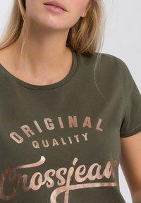 Cross Jeans - MIT ARM - Print T-shirt - khaki - 3