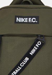 Nike Performance - CROSSBODY - Batoh - medium olive/black/white - 5