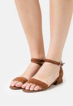 PAMILA - Sandaalit nilkkaremmillä - sable