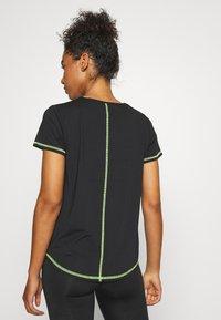 ONLY Play - ONPALIX TRAINING TEE - Camiseta estampada - black/safety yellow/iridescent - 2