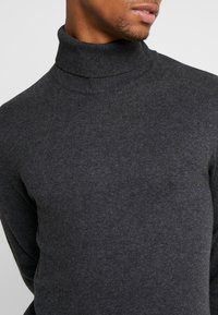 Jack & Jones - JJEEMIL ROLL NECK - Stickad tröja - dark grey melange - 5