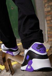 Nike Sportswear - AIR MAX 90 - Tenisky - white/particle grey/light smoke grey/black/hyper grape - 3