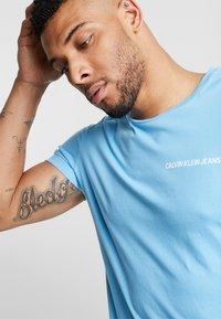 Calvin Klein Jeans - SMALL INSTIT LOGO CHEST TEE - T-shirt basic - blue - 3