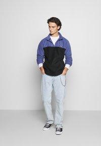 Obey Clothing - EULOGY MOCK NECK ZIP - Fleecová mikina - black - 1