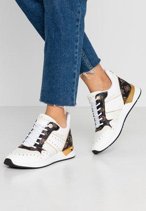 REJJY - Sneakers laag - white/brown